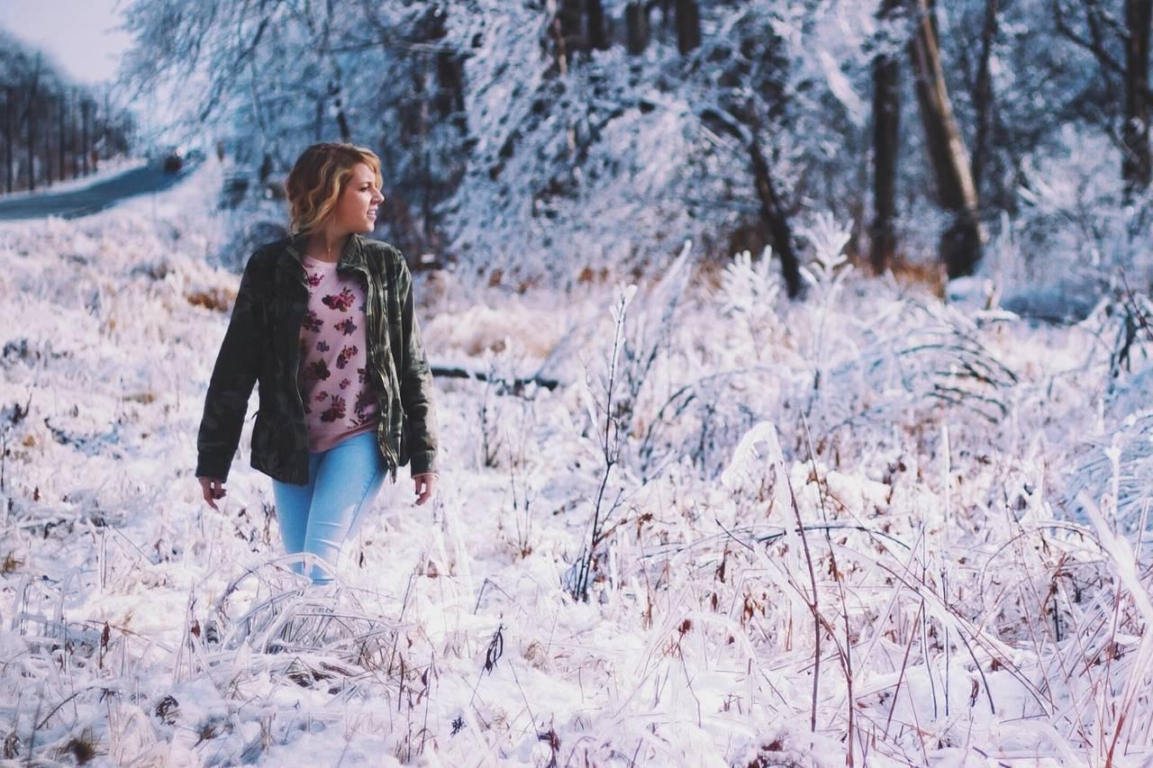 Girl Snowy Field 1280×853